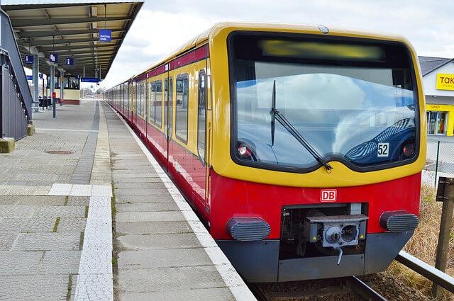 Zehlendorf: S-Bahn fährt gegen umgestürzten Baum