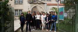 Jeweils acht Künstlerinnen und Künstler aus China und Deutschland leben und arbeiten zwei Monate lang gemeinsam im ehemaligen Frauengefängnis in Lichterfelde. Am Mittwochabend bezogen sie ihr Quartier. Foto: Fischoeder