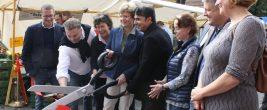 Schnipp - und der Zehlendorfer Wochenmarkt war eröffnet. Foto: Gogol