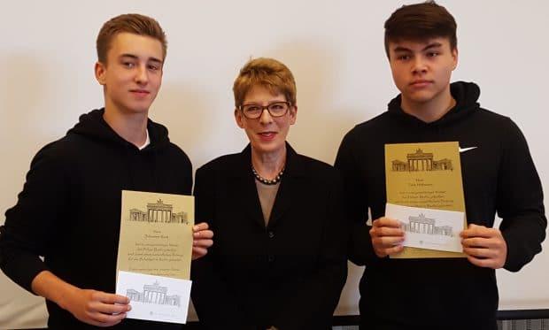 Polizei ehrt zwei Zehlendorfer Schüler für ihre Zivilcourage