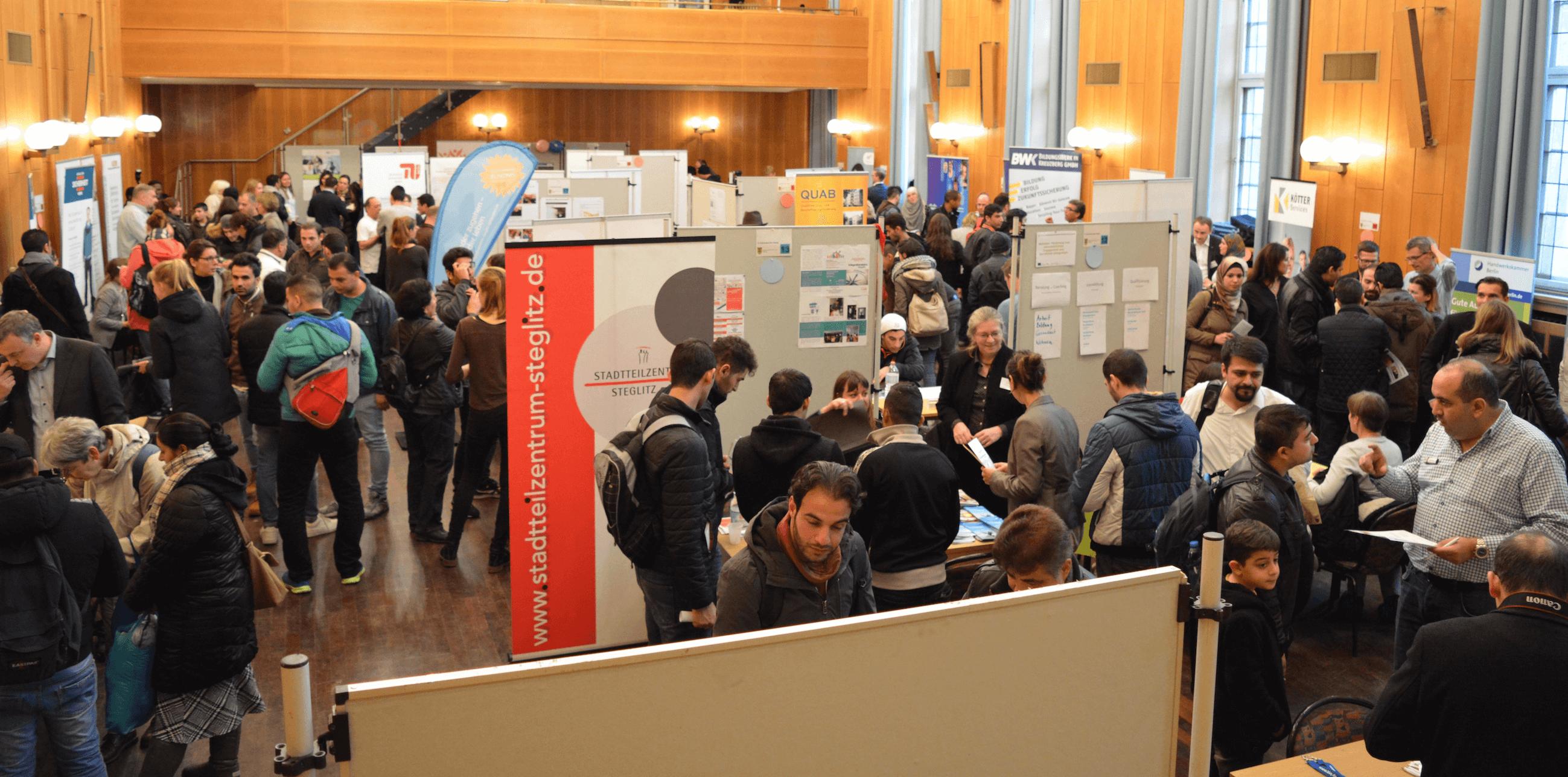 Integration durch Arbeit: Jobmesse für Flüchtlinge im Rathaus Zehlendorf