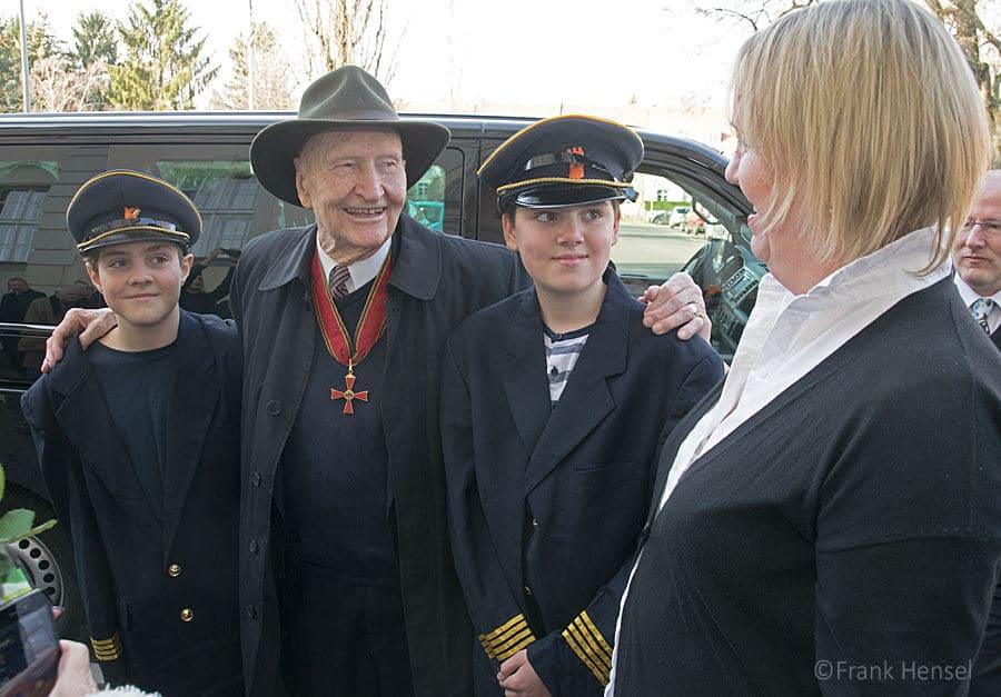 """""""Rosinenbomber""""-Pilot Gail Halvorsen besucht die nach ihm benannte Schule in Dahlem"""