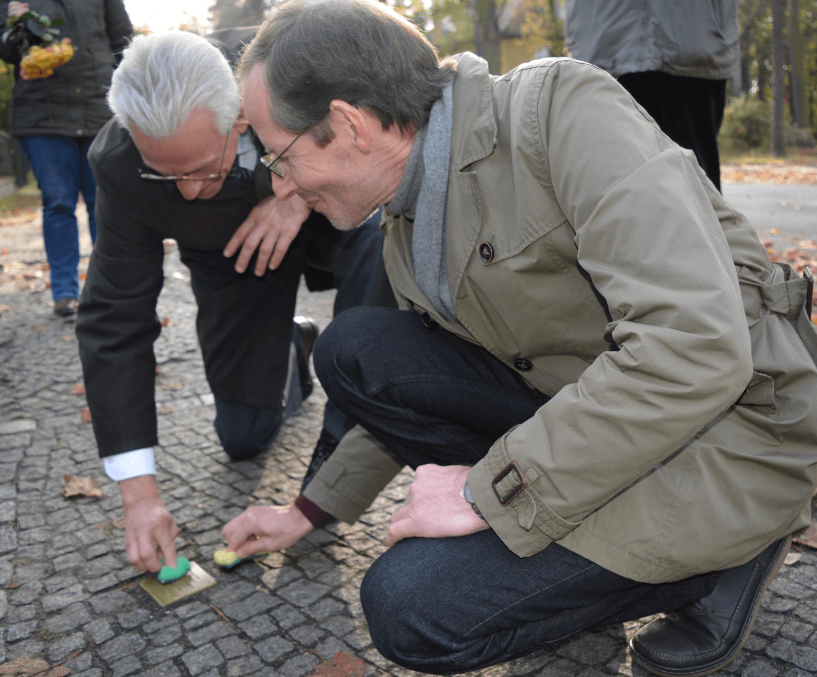 Steglitz-Zehlendorf: Superintendenten und Bezirksbürgermeister reinigen Stolperstein