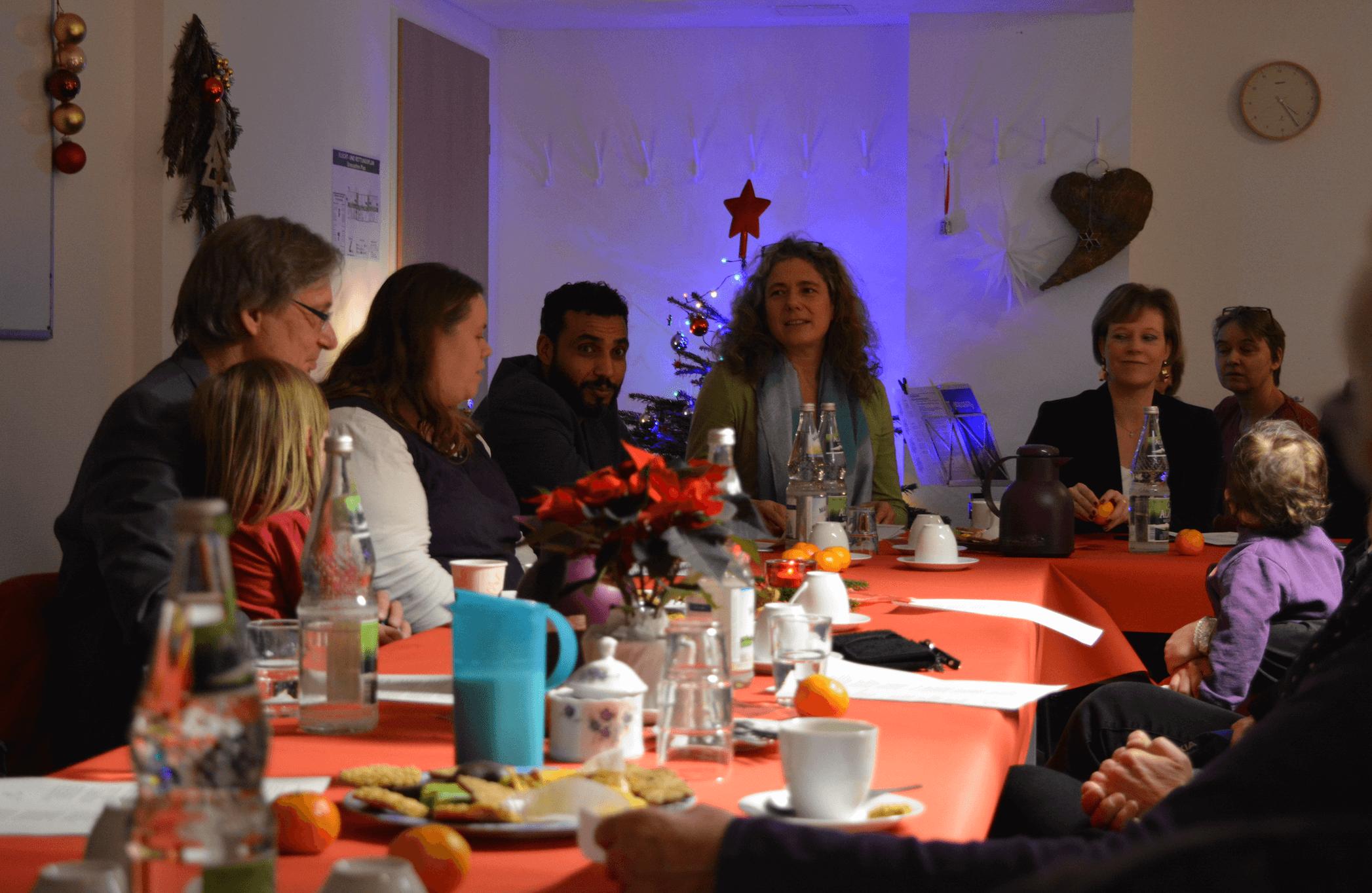 Gemeinsam Weihnachtsgesängen gelauscht: Adventsnachmittag in Flüchtlingsunterkunft