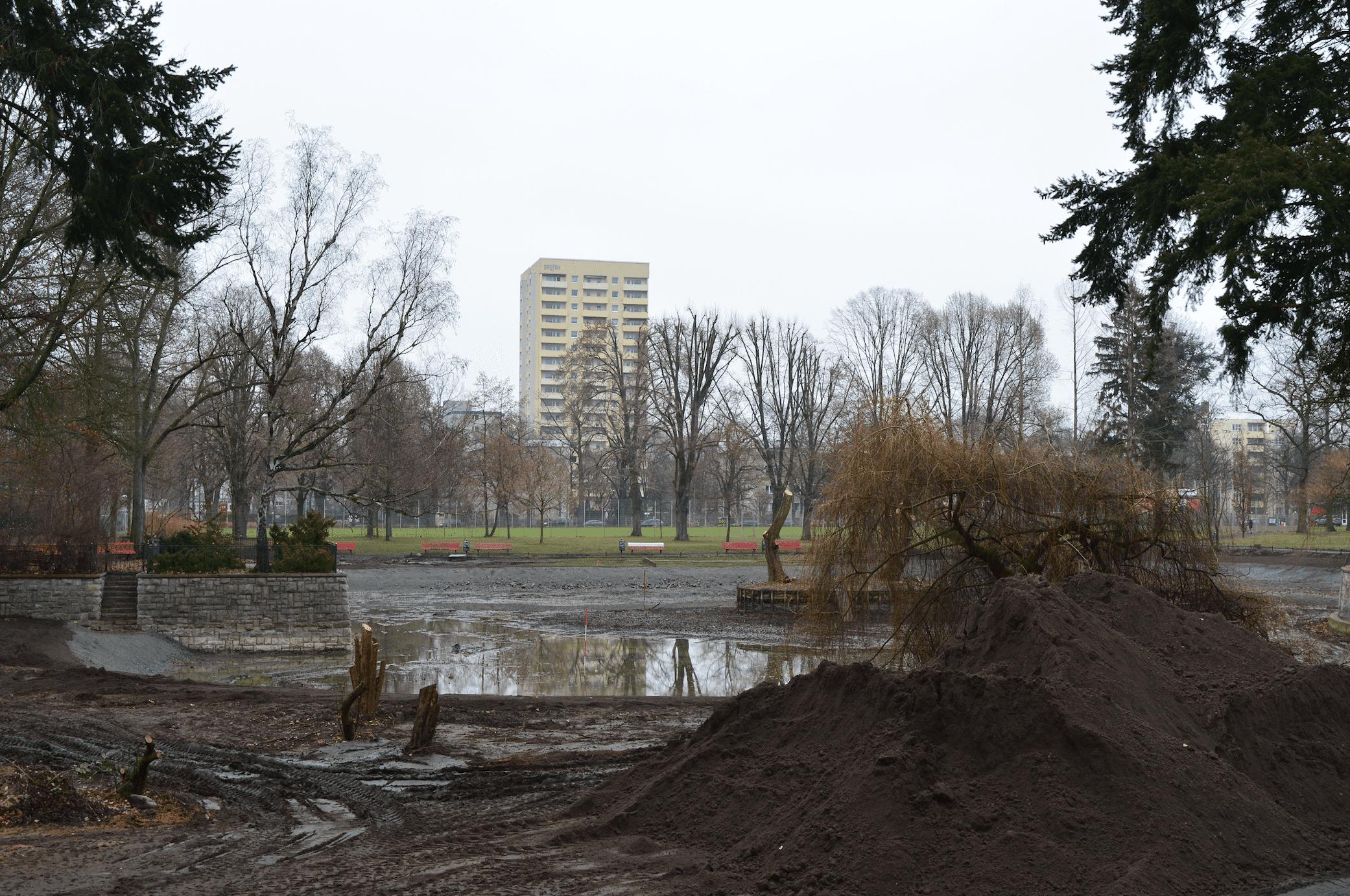 Als wäre hier ein Riesenmaulwurf zu Gange: Bauarbeiten im Gemeindepark Lankwitz