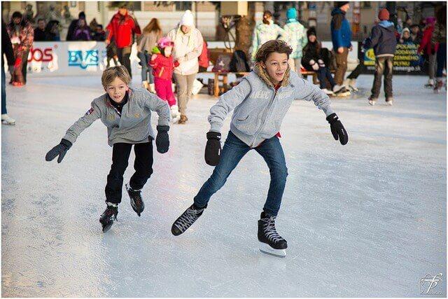 Winterfreude für Groß und Klein: Eisbahn vor Forum Steglitz eröffnet