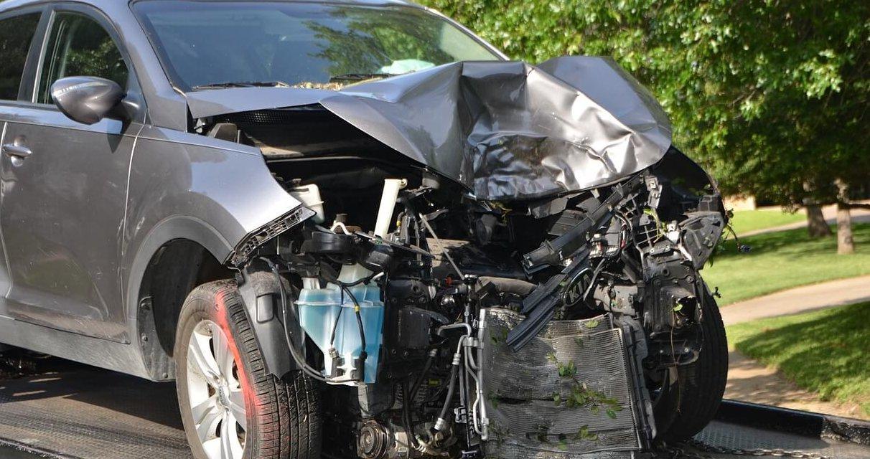 Schwerer Verkehrsunfall in Steglitz – Autofahrerin nach Frontalzusammenstoß im Krankenhaus