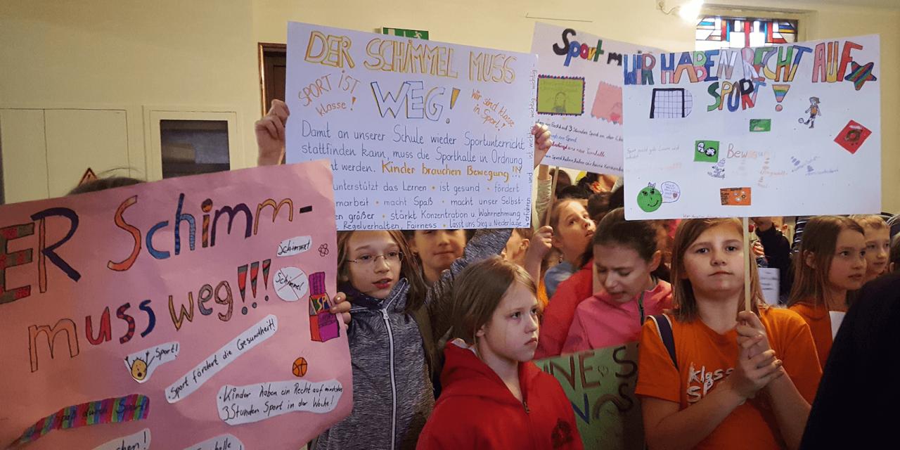 """""""Schimmel muss weg"""": Schüler der Insulaner-Grundschule demonstrieren für schnelle Sanierung ihrer Sporthalle vor BVV Steglitz-Zehlendorf"""