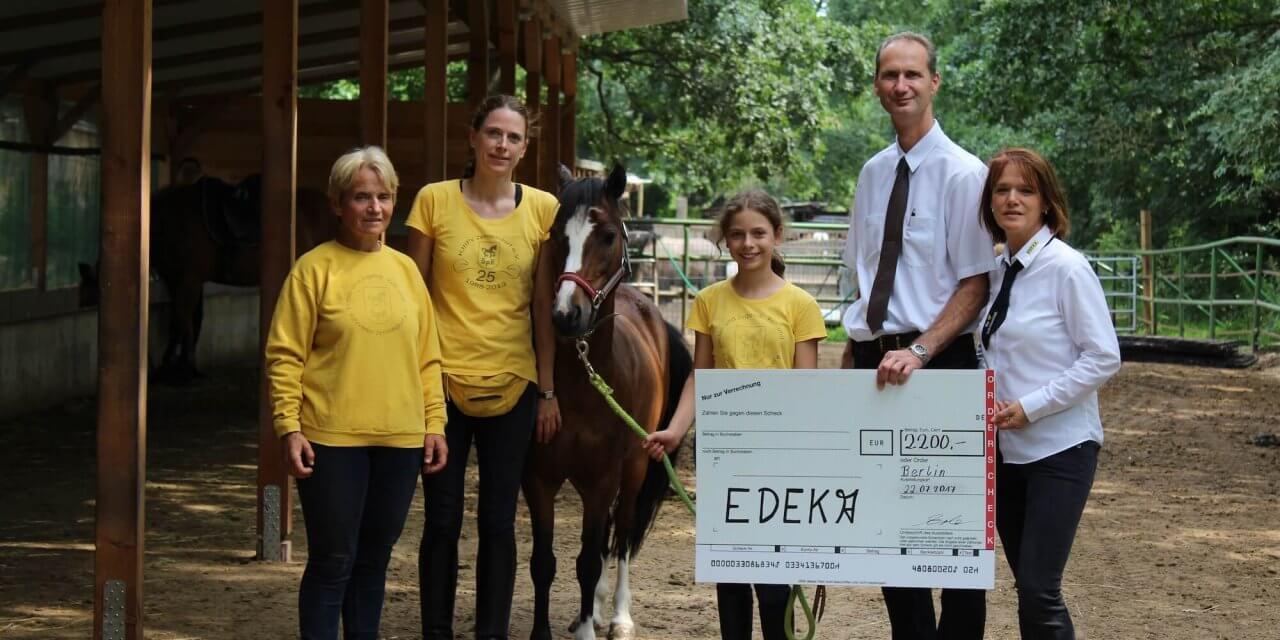 2.200 Euro durch Pfandbons: Große Spende für Zehlendorfer Kinderreitschule