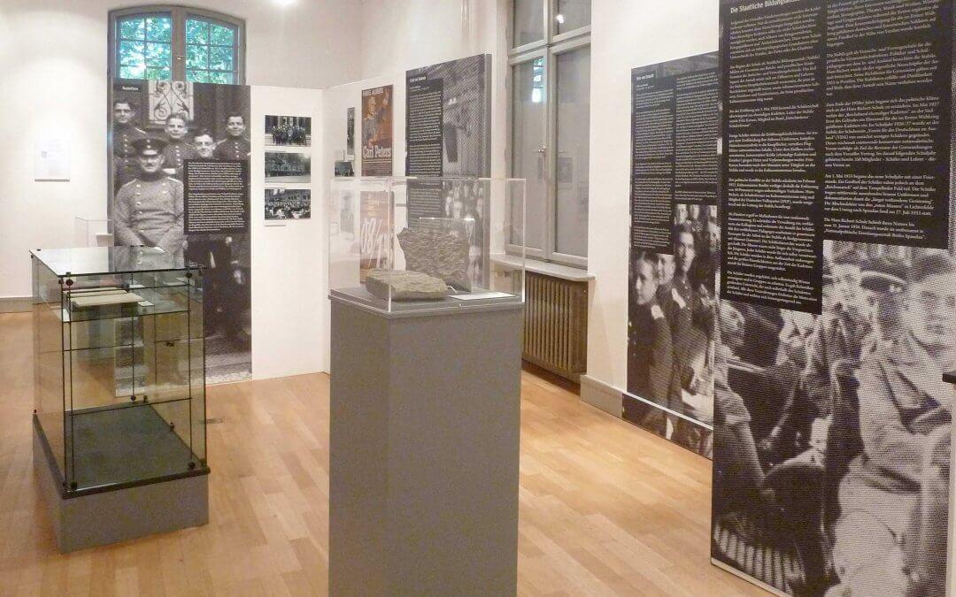 """""""Stramm stehen in Lichterfelde"""" – Ausstellung zur Geschichte der Finckensteinallee 63"""