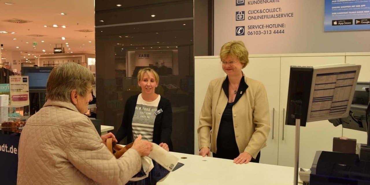 Bezirksbürgermeisterin an der Karstadt-Kasse für das Stadtteilzentrum Steglitz
