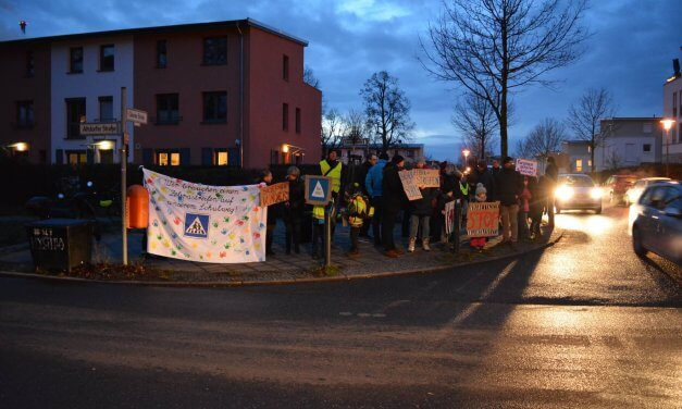Eltern der Friedrich-Drake-Grundschule fordern Zebrastreifen für einen sicheren Schulweg