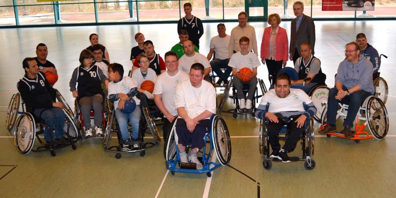 Neuer Sportrollstuhl mit Einhandantrieb für den Behinderten-Sportverein Steglitz