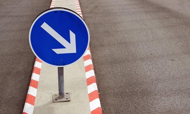 Unfall in Zehlendorf: Autofahrerin gegen Verkehrsschild geprallt und schwer verletzt